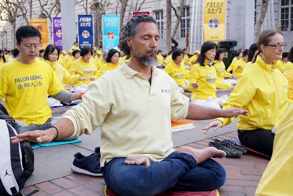 Gabriel praticando o 5º exercício do Falun Dafa (Crédito: Lisa Nappi)