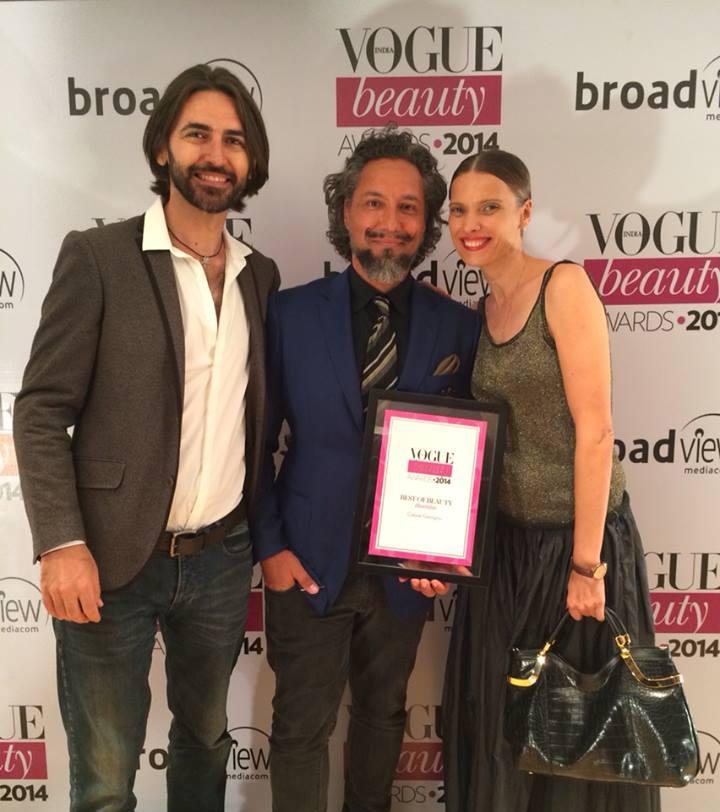 Gabriel Georgiou (ao centro) recebe premiação como Melhor Cabeleireiro, no ano de 2014, pela Vogue Índia (Imagem cortesia de Gabriel Georgiou)