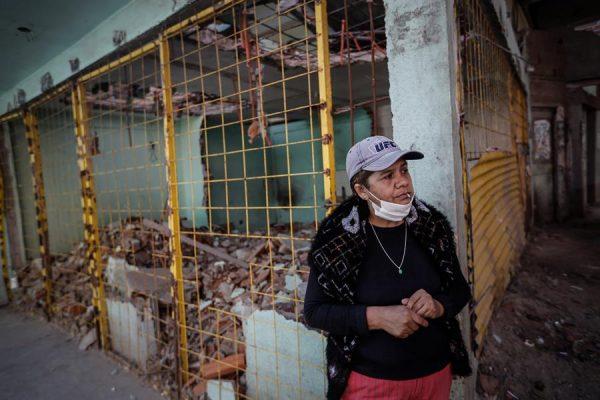 BUENOS AIRES (ARGENTINA), 18/05/20. - Uma mulher com máscara cobre uma rua interna do 31º bairro da cidade de Buenos Aires (Argentina), um dos locais com mais casos positivos de COVID-19 no país (EFE / Juan Ignacio Roncoroni)