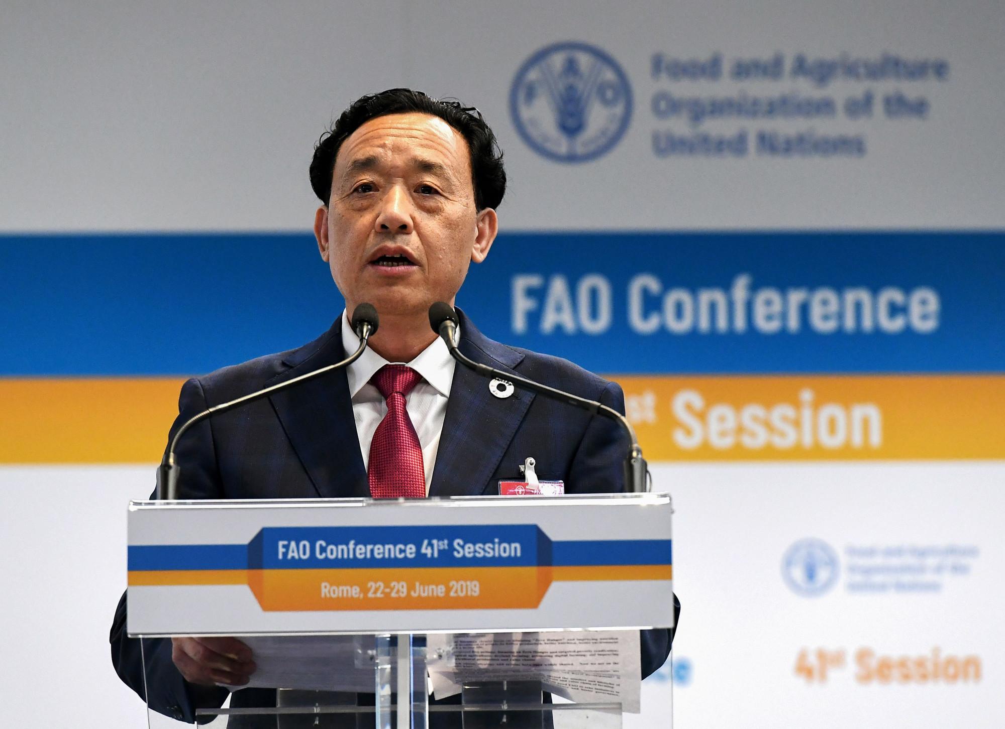 O candidato chinês a chefiar a Organização das Nações Unidas para Agricultura e Alimentação (FAO), Qu Dongyu, se dirige aos membros e delegados da FAO durante a assembleia plenária para a eleição do novo Diretor Geral da FAO, realizada na Sede da FAO, em Roma, Itália, em 22 de junho de 2019 (Vincenzo Pinto / AFP via Getty Images)