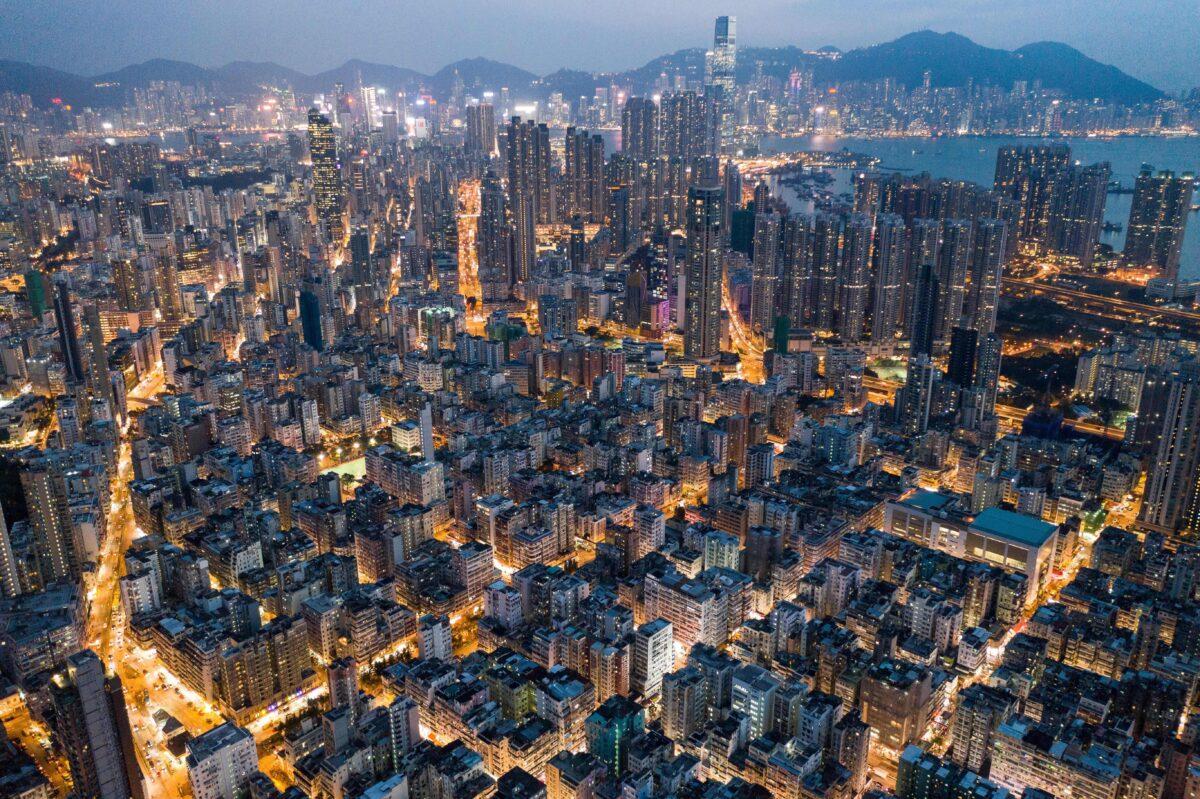 Esta foto aérea tirada em 23 de outubro de 2018 mostra edifícios comerciais e residenciais em Hong Kong à noite (Dale de la Rey / AFP via Getty Images)