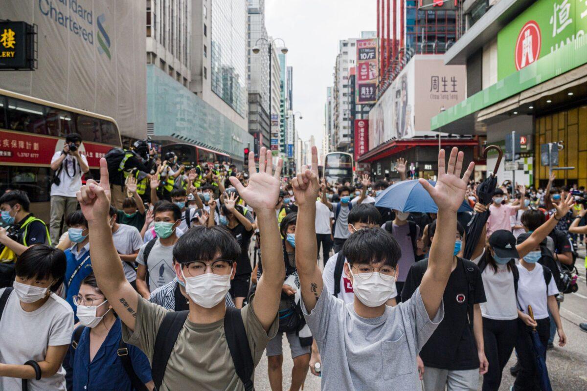 Manifestantes de Hong Kong protestam contra a lei de segurança nacional da China no distrito de Mongkok em Hong Kong em 27 de maio de 2020 (Billy HC Kwok / Getty Images)