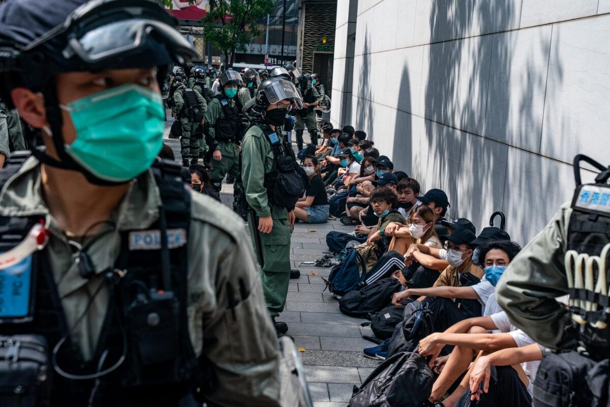 A polícia de choque deteve manifestantes pró-democracia durante uma manifestação no distrito de Causeway Bay, em Hong Kong, em 27 de maio de 2020 (Anthony Kwan / Getty Images)