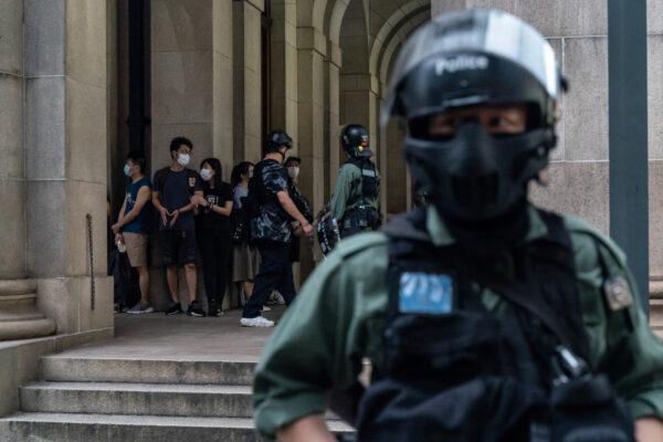 Policiais de choque detêm manifestantes durante uma manifestação no distrito Central de Hong Kong, em 9 de junho de 2020 (Anthony Kwan / Getty Images)