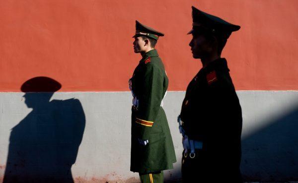 Membros da polícia chinesa montam guarda em Pequim em uma foto de arquivo (Saul Loeb / AFP / Getty Images)