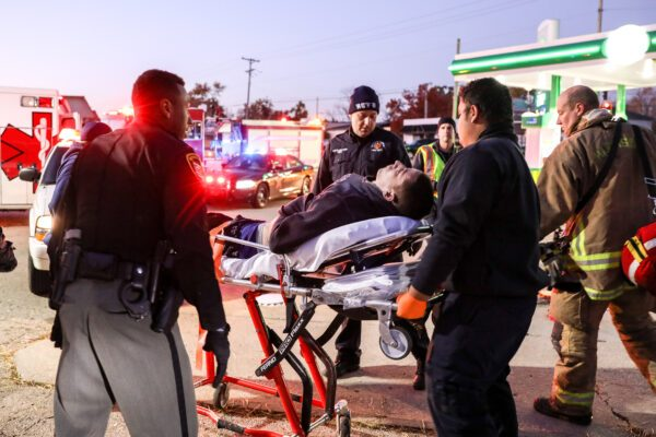 Os policiais e o pessoal de emergência do xerife do Condado de Montgomery respondem a uma suposta overdose de drogas no estacionamento de um posto de gasolina em Harrison Township, Dayton, Ohio, em 1 de novembro de 2019 (Charlotte Cuthbertson / The Epoch Times)