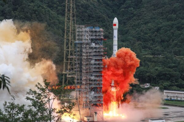 Um foguete Long March 5B, que transportava o satélite Beidou-3GEO3, decola do Xichang Satellite Launch Center em Xichang, na província sudoeste de Sichuan, China, em 23 de junho de 2020 (STR / AFP via Getty Images)