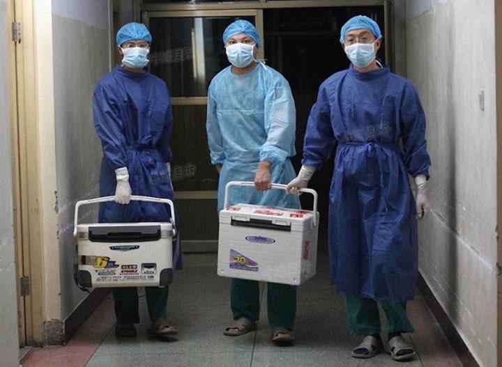 Médicos transportam órgãos frescos para transplante em um hospital na província de Henan, China, em 16 de agosto de 2012 (Captura de tela via Sohu.com)