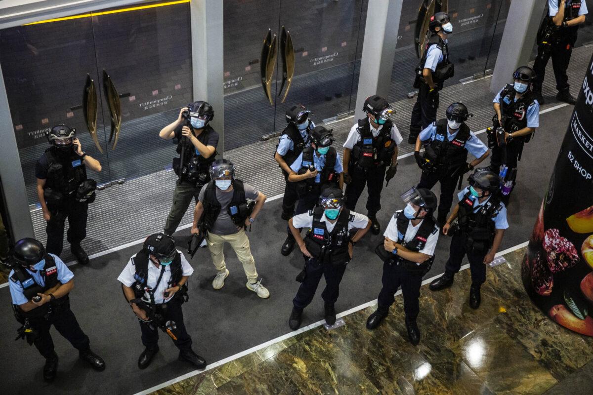 A polícia monta guarda em um shopping depois que pessoas protestaram contra a liberdade de imprensa em Kong em 11 de agosto de 2020 (Isaac Lawrence / AFP via Getty Images)