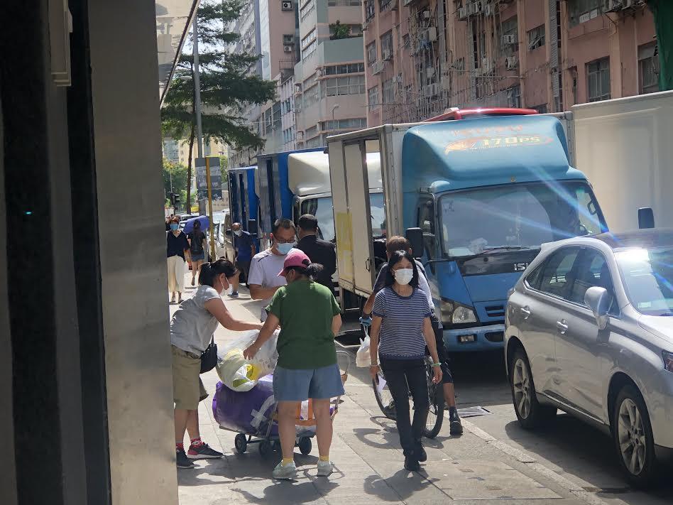 Um homem vestido de preto foi fotografado seguindo um repórter de Hong Kong na área de Kowloon, em Hong Kong, em 12 de agosto de 2020 (Sarah Liang / The Epoch Times)