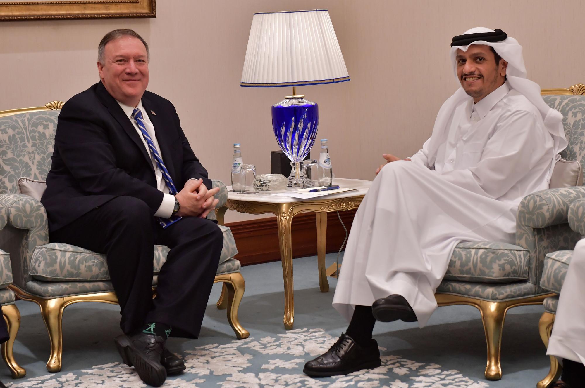 O vice-primeiro-ministro e ministro das Relações Exteriores do Catar, Sheik Mohammed bin Abdulrahman al-Thani (R), encontra-se com o secretário de Estado dos Estados Unidos, Mike Pompeo, durante a cerimônia de assinatura da paz entre os Estados Unidos e o Talibã na capital do Catar, Doha, em fevereiro. 29, 2020 (Giuseppe CACACE / AFP via Getty Images)