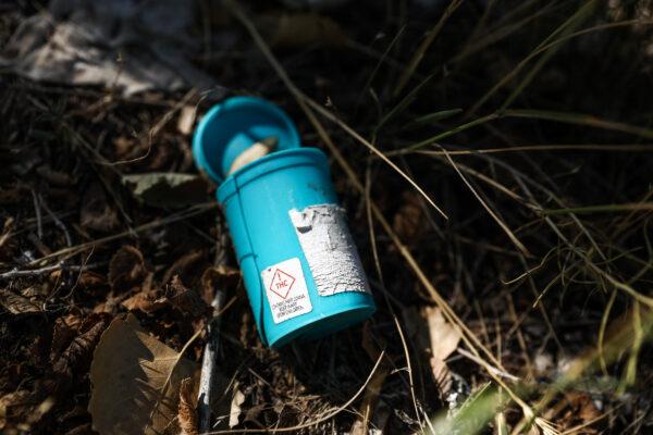 Uma lata de maconha descartada em um acampamento de sem-teto em Pueblo West, Colorado, em 29 de setembro de 2020 (Charlotte Cuthbertson / The Epoch Times)