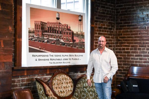 O empresário Ryan McWilliams fica ao lado da renderização de um de seus projetos em Pueblo, Colorado, em 29 de setembro de 2020 (Charlotte Cuthbertson / The Epoch Times)