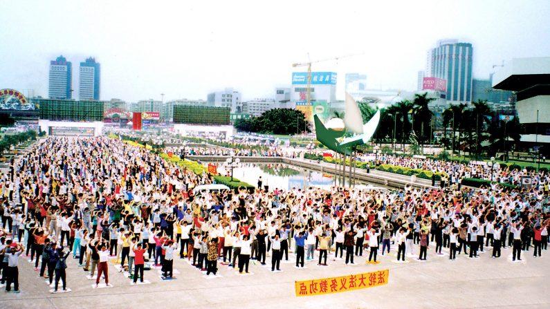 Foto de arquivo de praticantes do Falun Gong fazendo os exercícios em Guangzhou, China, antes do início da perseguição em julho de 1999 (Minghui)
