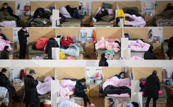 Pacientes com sintomas leves do coronavírus COVID-19 estão descansando à noite no hospital improvisado instalado em um estádio esportivo em Wuhan, China, em 18 de fevereiro de 2020 (STR / AFP via Getty Images)