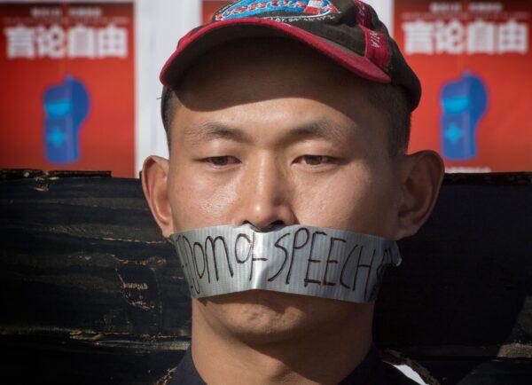Estudante chinês se manifesta em um memorial ao Dr. Li Wenliang fora do campus da UCLA em Westwood, Califórnia, em 15 de fevereiro de 2020. O médico foi o denunciante do coronavírus que se originou em Wuhan, China, que causou sua morte (Mark Ralston / AFP via Getty Images)