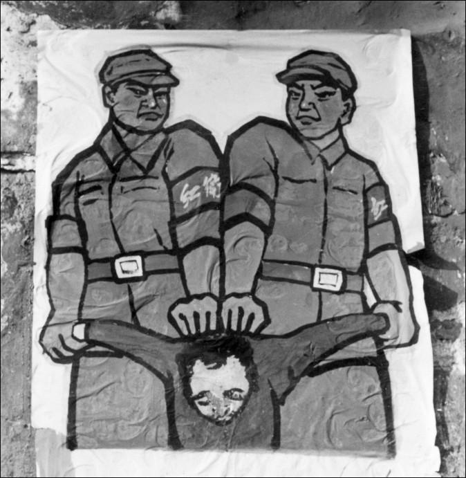 """Um pôster chinês no final de 1966 mostrando como lidar com o chamado """"inimigo do povo"""" durante a Grande Revolução Cultural Proletária (Jean Vincent/AFP/Getty Images)"""