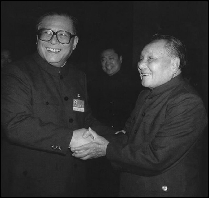 O ex-líder do Partido Comunista Chinês Deng Xiaoping (D) e seu sucessor Jiang Zemin apertam as mãos em outubro de 1992. Deng lançou a transformação capitalista chinesa e Jiang construiu uma ampla rede de facções apoiada pela corrupção endêmica ao Estado de partido único (AFP/Getty Images)
