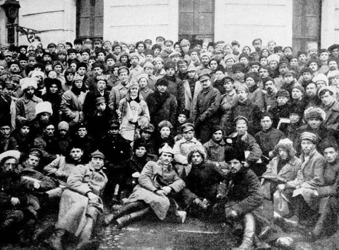 Lenin (no centro, com chapéu e casaco de pele escuro) e outros líderes comunistas com soldados do Exército Vermelho que participaram do esmagamento do levante anti-bolchevique Kronshtadt (Leon Leonidov)