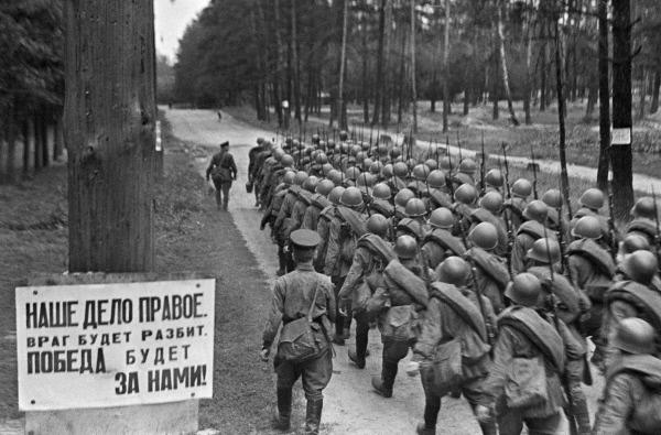 Recrutas soviéticos deixam Moscou para a frente em 23 de junho de 1941 (Anatoliy Garanin/RIA Novosti)