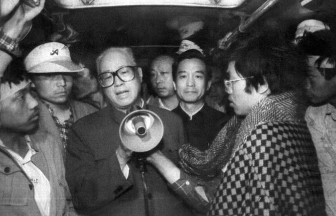 O secretário-geral do Partido Comunista Chinês, Zhao Ziyang, fala aos estudantes em greve de fome na madrugada de 19 de maio de 1989.(AFP / Getty Images)