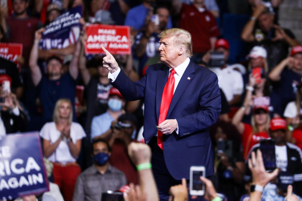 O então presidente Donald Trump é visto em um comício de campanha no BOK Center em Tulsa, Oklahoma, em 19 de junho de 2020 (Charlotte Cuthbertson / The Epoch Times)