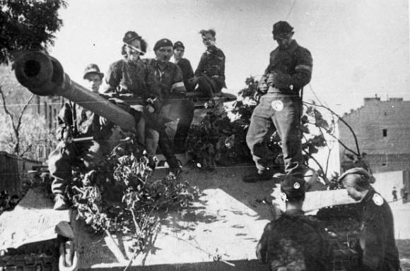 Soldados do Exército Nacional Polonês montam em um tanque Panther alemão capturado em 2 de agosto de 1944, durante a Revolta de Varsóvia (Juliusz Bogdan Deczkowski/Domínio Público)