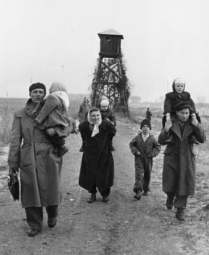 Refugiados húngaros fogem para a Áustria em 1956 (Domínio público via Federação Húngara Americana)