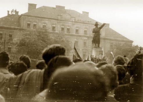 Manifestantes se reúnem na estátua do General Józef Bem, dando início ao levante húngaro contra a ditadura comunista em outubro de 1956 (Domínio público via Federação Húngara Americana)