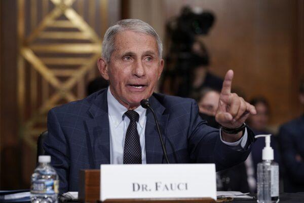 Dr. Anthony Fauci responde às acusações do senador Rand Paul (R-Ky.) enquanto testemunha perante o Comitê de Saúde, Educação, Trabalho e Pensões do Senado, no Capitólio, em Washington, em 20 de julho de 2021 (J. Scott Applewhite -Pool / Getty Images)
