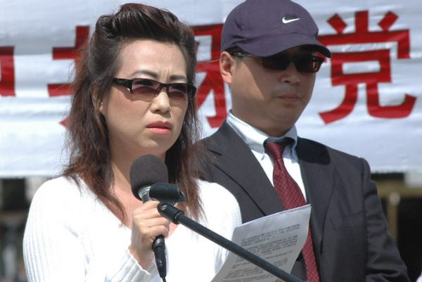 Informantes Annie e Peter em uma entrevista coletiva em Washington, D.C., em 20 de abril de 2006. Este foi o primeiro testemunho público sobre as atrocidades da extração forçada de órgãos em grande escala na China (Epoch Times)